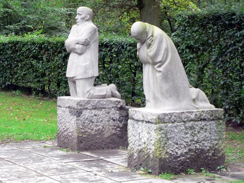 trauernde-eltern-1914–1932-mahnmal-soldatenfriedhof-vladslo-flandern